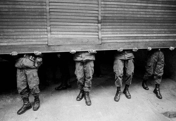 © Alejandro Hoppe, Tribunal militar, Santiago, del libro Chile desde adentro, Chile, 1987 Cortesía Galerie NegPos