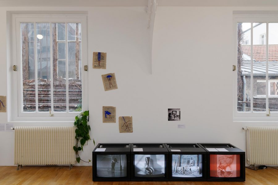 Foto de la exposición. En la pantalla derecha, video de Marta Minujin, La Destrucción, 1963. Foto de Harry Shunk. Diaporama realizado por el Museo de Arte Moderno, Buenos Aires. © Marta Minujin Studio.