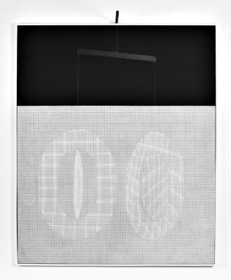 © Iván Contreras. Neuf cercles noirs et couleurs, grillage, acrylique, Fil nylon et bois, 1979, 135 x 130 x 20 cm, collection particluière, Bruxelles